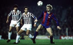 استیو آرچیبالد در پیروزی 1-0 بارسلونا در جام ملت های اروپا مقابل یوونتوس در مارس 1986 توپ را کنترل کرد.