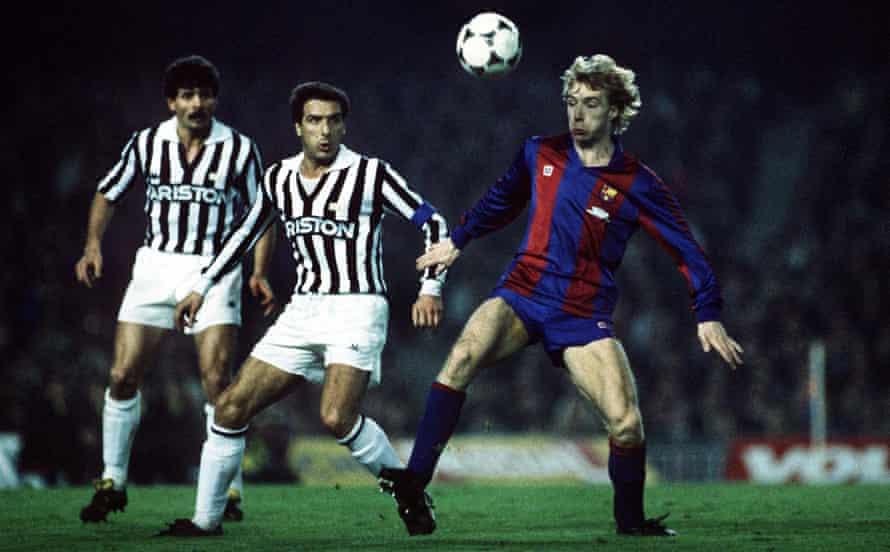 steve archibald, mart 1986'da barcelona'nın juventus karşısında kazandığı 1-0 avrupa kupası'nda topu kontrol ediyor.