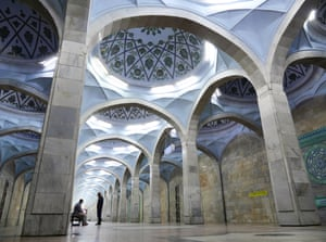 Mosque-like architecture inside Alisher Navoi station
