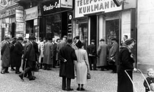 Passersby outside a shop in Berlin in 1940