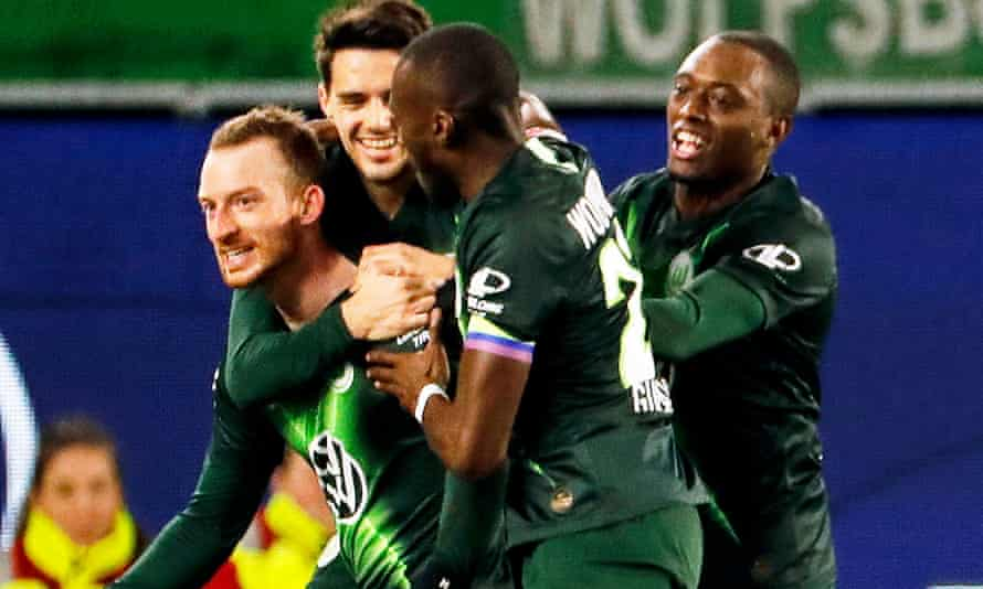 Wolfsburg's Maximilian Arnold (left) celebrates with teammates after giving his side a 2-1 lead in stoppage time.