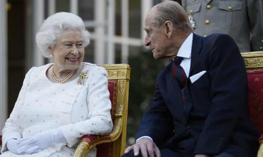 Królowa i książę Edynburga uczestniczą w przyjęciu w ogrodzie w Paryżu.