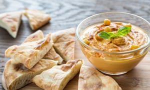 A bowl of hummus with pitta bread