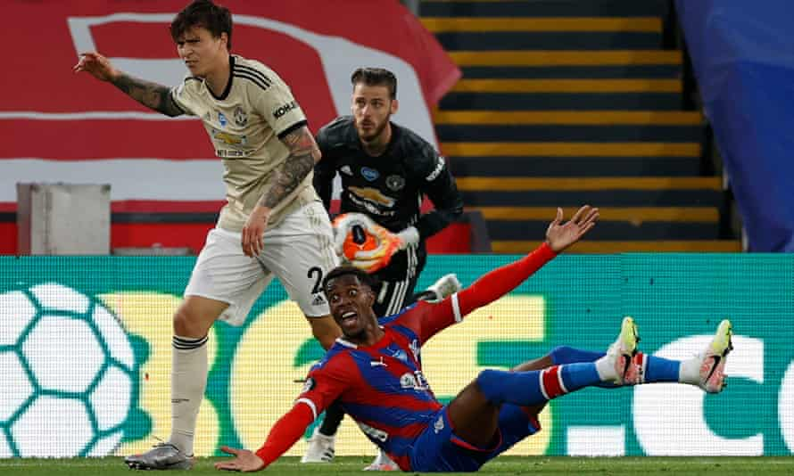 Wilfried Zaha appeals for a penalty after appearing to be felled by Victor Lindelöf on Thursday. Pundits agreed afterwards a spot-kick should have been awarded.