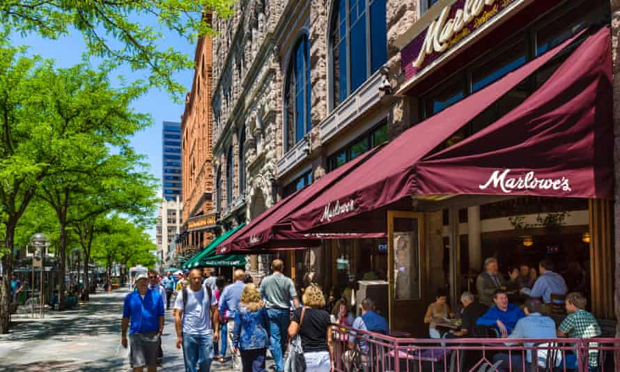 Sidewalk cafe on the pedestrianised 16th Street Mall in downtown Denver, Colorado, USA