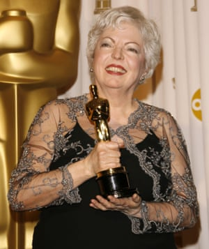 Thelma Schoonmaker with her oscar for the film The Departed.