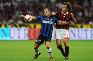 Wesley Sneijder holds off Milan's Andrea Pirlo on his Inter debut on 29 August 2009