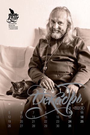 一位正统教士与他的猫摆在光滑的日历。