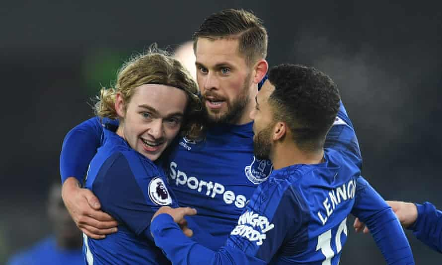 Gylfi Sigurdsson, centre, is congratulated by Tom Davies and Aaron Lennon after scoring against his former club.
