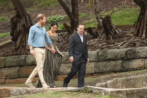 The Duke And Duchess Of Sussex Visit Australia - Day 4SYDNEY, AUSTRALIA - OCTOBER 19: Prince Harry, Duke of Sussex and Meghan, Duchess of Sussex walk down to Bondi Beach with Waverley Mayor John Wakefield on October 19, 2018 in Sydney, Australia. The Duke and Duchess of Sussex are on their official 16-day Autumn tour visiting cities in Australia, Fiji, Tonga and New Zealand. (Photo by Ryan Pierse/Getty Images)