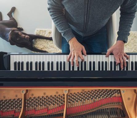 Laki-laki bermain piano