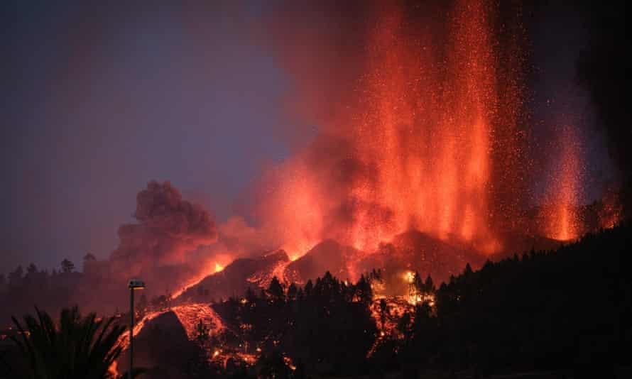 Mount Cumbre Vieja erupts in El Paso.