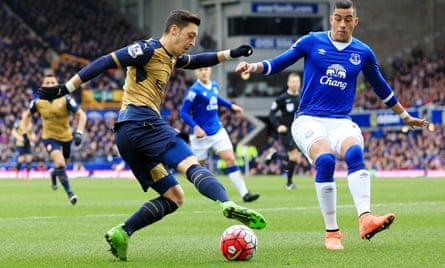 Mesut Özil, left, and Arsenal enjoyed an encouraging return to form at Everton prior to the international break.