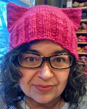 Angie Paulson, una tejedora que trabaja en la tienda de Yarnery en Saint Paul, Minnesota, muestra uno de los sombreros 'coño' que hizo.