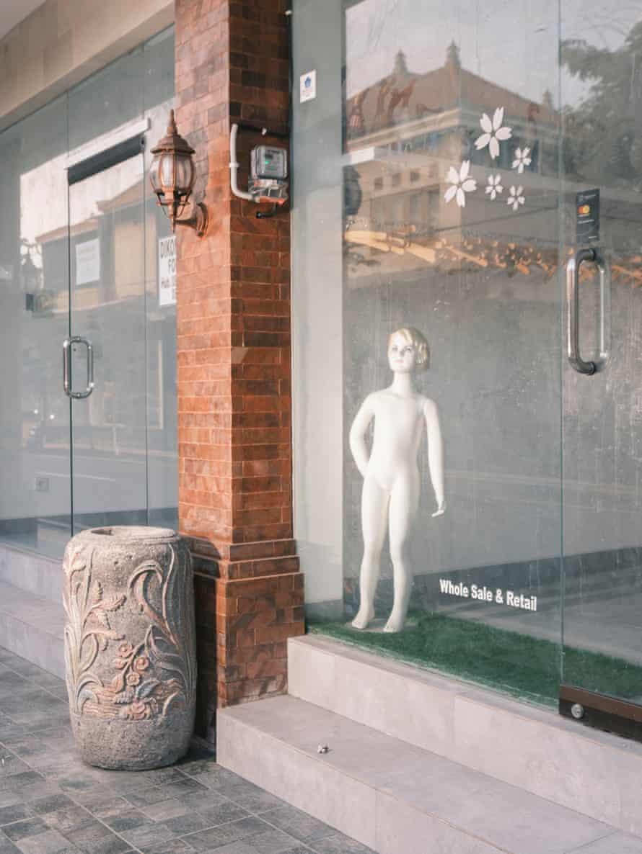 꾸따에서 폐쇄된 패션 매장