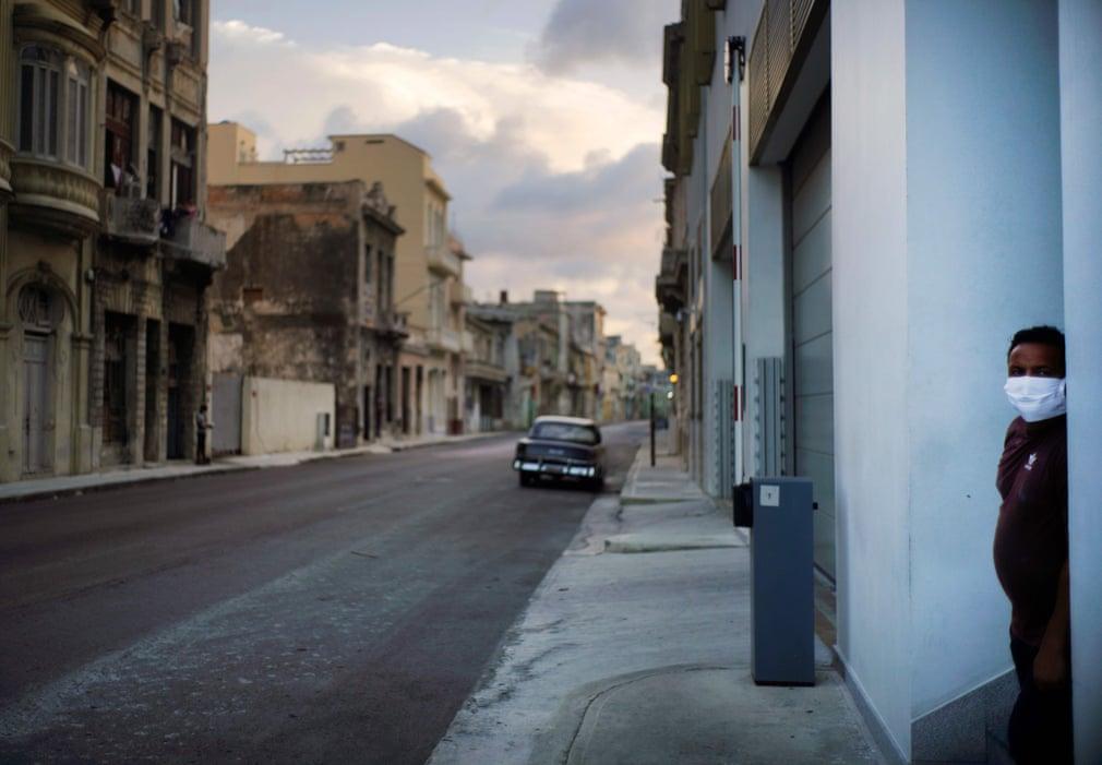 Wer die Ausgangssperre, die mindestens 15 Tage dauern wird, nicht beachtet, dem drohen hohe Geldstrafen | Bildquelle: https://www.theguardian.com/world/gallery/2020/sep/03/coronavirus-curfew-in-havana-cuba-in-pictures © Ramón Espinosa/AFP/Getty Images | Bilder sind in der Regel urheberrechtlich geschützt