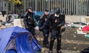 Migrants evacuated from Paris