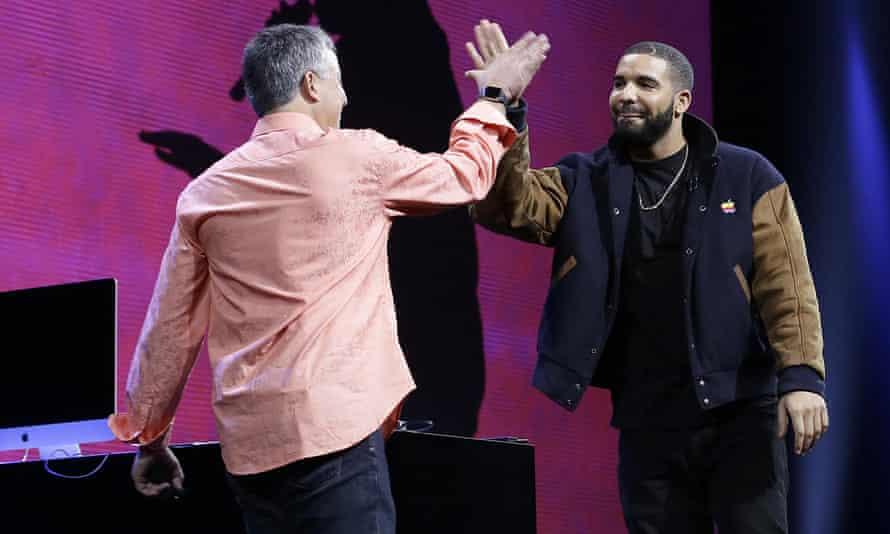 Drake high fives Eddy Cue