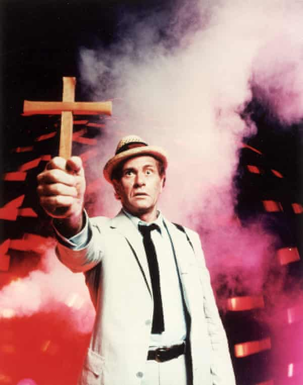 Darren McGavin as Kolchak, the salty hack who faces off against outlandish adversaries.