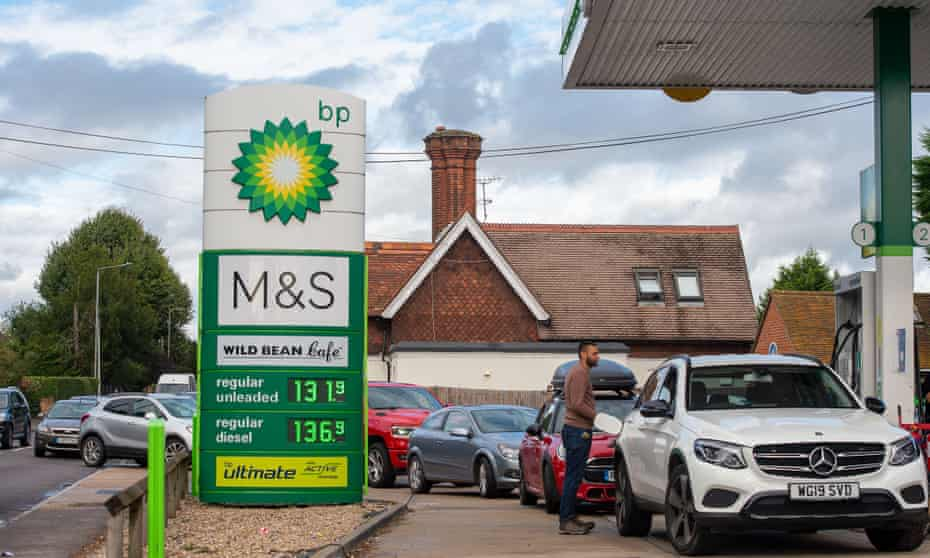 Drivers in Berkshire, England, queuing for petrol last Friday after disrupted deliveries to forecourts