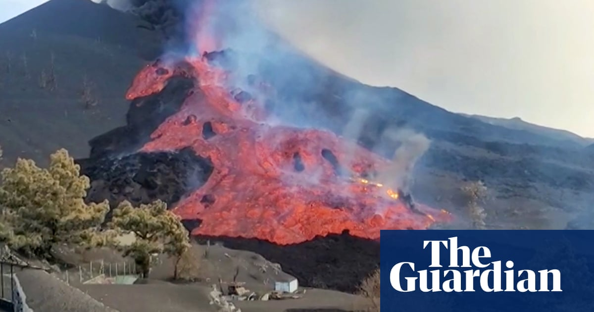 La Palma volcano: giant boulders float down rivers of lava – video
