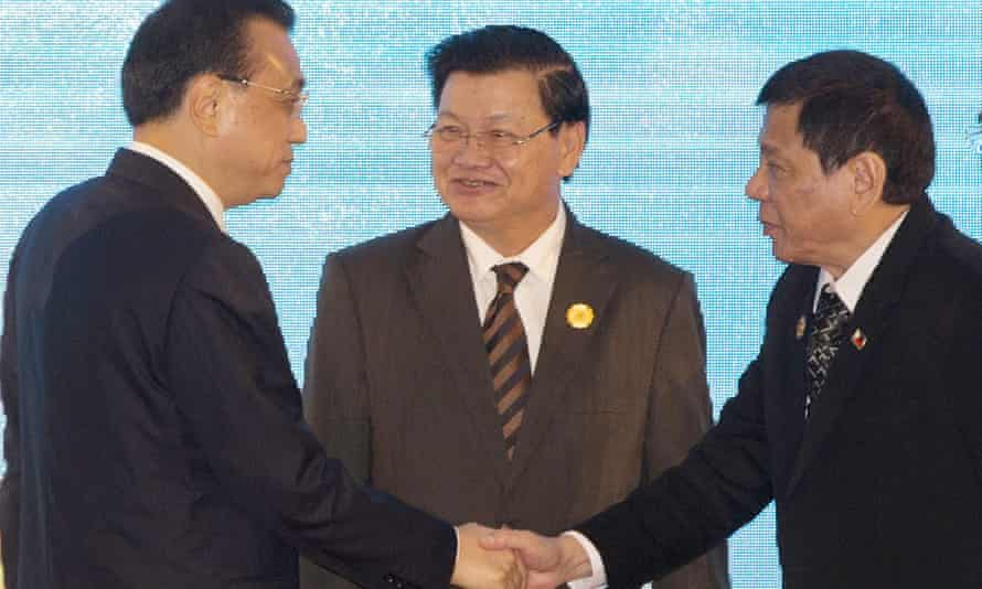 Philippines' president Rodrigo Duterte, right, shakes hand with Chinese premier Li Keqiang,as Laos' prime minister Thongloun Sisoulith, watches during the 19th ASEAN-China summit.