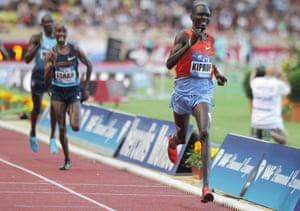 Mo Farah estableció un récord británico de 1500 metros cuando terminó detrás de Asbel Kiprop en 2013.