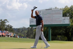 Tiger tips his hat after putting on the 18th.