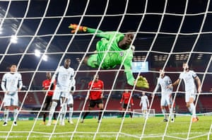 Chelsea's Edouard Mendy is beaten by the header from Rennes' Guirassy.