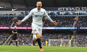 Swansea City's Gylfi Sigurdsson celebrates scoring the equaliser against Manchester City