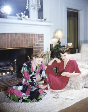 Olivia plays cards with her sister, actress Joan Fontaine, circa 1945