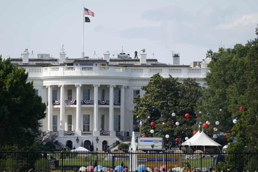 Persiapan berlangsung untuk perayaan Hari Kemerdekaan di Halaman Selatan Gedung Putih pada hari Sabtu