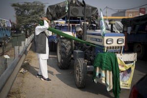 Jagir Singh, 71, ties his turban before joining fellow farmers at the Delhi-Haryana state border