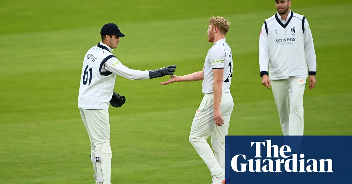 Warwickshire dominate BWT final to leave Lancashire at risk of record defeat