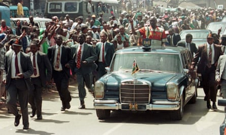 Daniel arap Moi, surrounded by heavy security, campaigning in Nairobi during the December 1997 elections.
