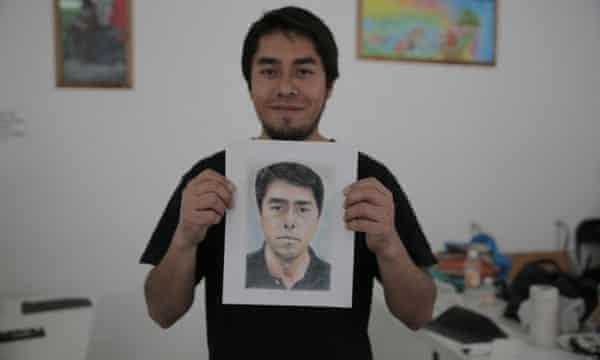 Juan Ramón Navarro imparte clases de dibujo.