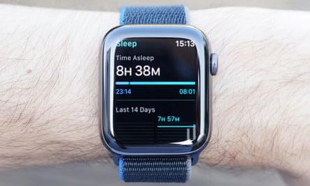 Фотография, показывающая функцию отслеживания сна на Apple Watch. Функция отслеживания сна записывает только время, в течение которого вы спали.