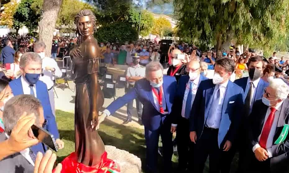 The statue is unveiled in Sapri