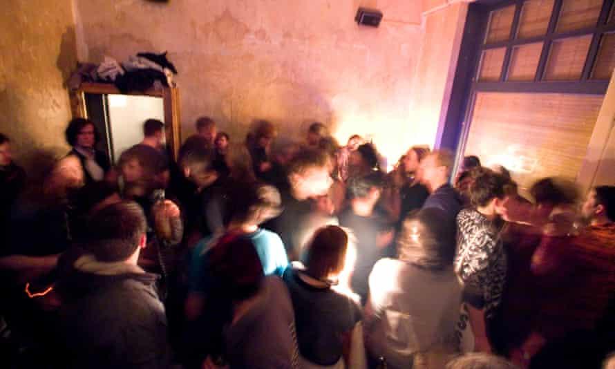 Farbfernseher, small late night party bar in Kreuzberg