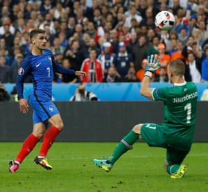 France v Iceland - EURO 2016 - Quarter FinalFootball Soccer - France v Iceland - EURO 2016 - Quarter Final - Stade de France, Saint-Denis near Paris, France - 3/7/16 France's Antoine Griezmann scores their fourth goal REUTERS/Carl Recine Livepic