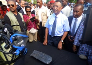 Madagascar president Hery Rajaonarimampianina stands in front of a 50kg 'silver ingot' unveiled by Barry Clifford in May, since claimed by Unesco to be 95% lead.