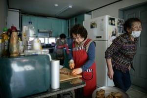 The friends prepare lunch