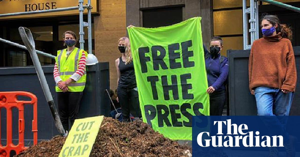XR protesters arrested after dumping manure outside Daily Mail offices