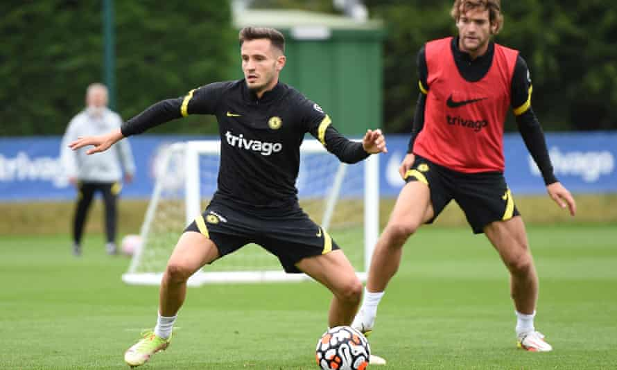 Saúl Ñíguez training with Chelsea after his deadline-night move from Atlético Madrid, with Marcos Alonso behind him.