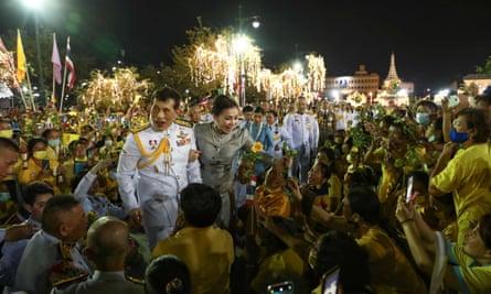 Raja Maha Vajiralongkorn dan Ratu Suthida menyapa pendukungnya di luar Grand Palace di Bangkok