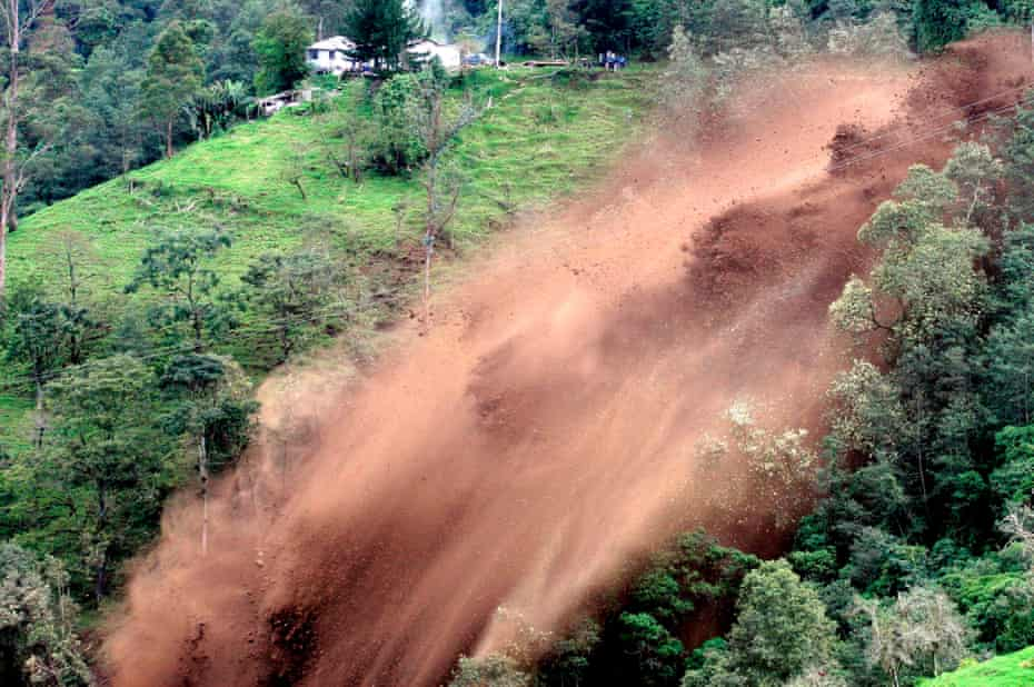 A landslide falls on the road that connects the Colombian capital, Bogotá with the city of Manizales, in 2008