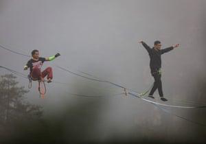 Zhangjiajie, China. Contestants participate in a slackline contest in Hunan province