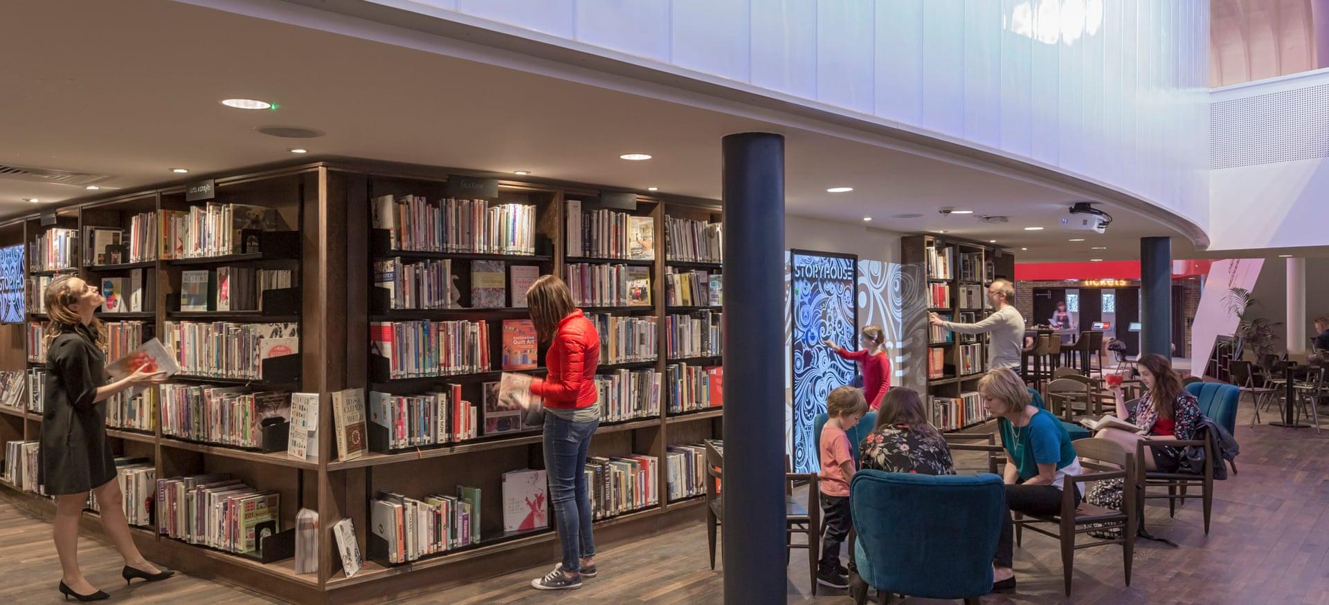 El centro cultural Storyhouse tiene asientos flexibles, loops de audio y vestuarios accesibles para el backstage. Fotografía: Peter Cook / Vista