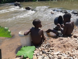 Children prospect for gold in the Odzi River