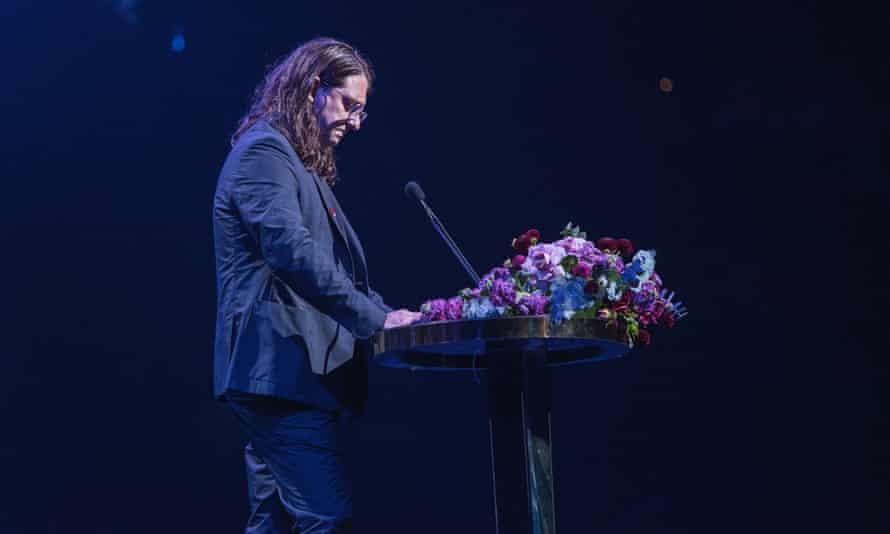 شات زنده از مراسم تشییع جنازه ای از بنیانگذار Mushroom Records و مغول صنعت موسیقی مایکل گودینکسی.